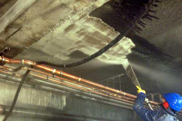 Reinigung stark eingebrannter Betonoberflächen nach einem Brandschaden in einer Tiefgarage mit PowerMaster