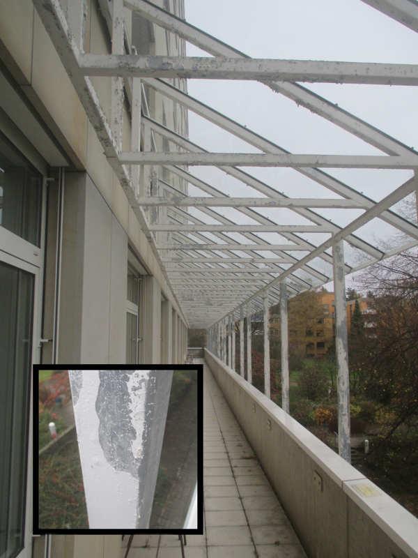 Balkonüberdachung vor der Reinigung (Glasbedachung anliegend an Sandsteinfassade)