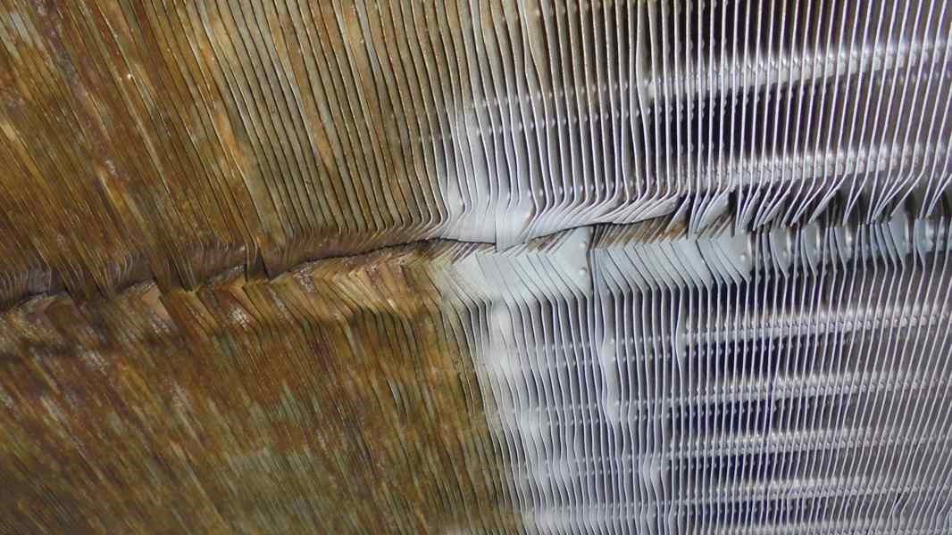 Fin heat exchanger of a dairy, left before and right after cleaning