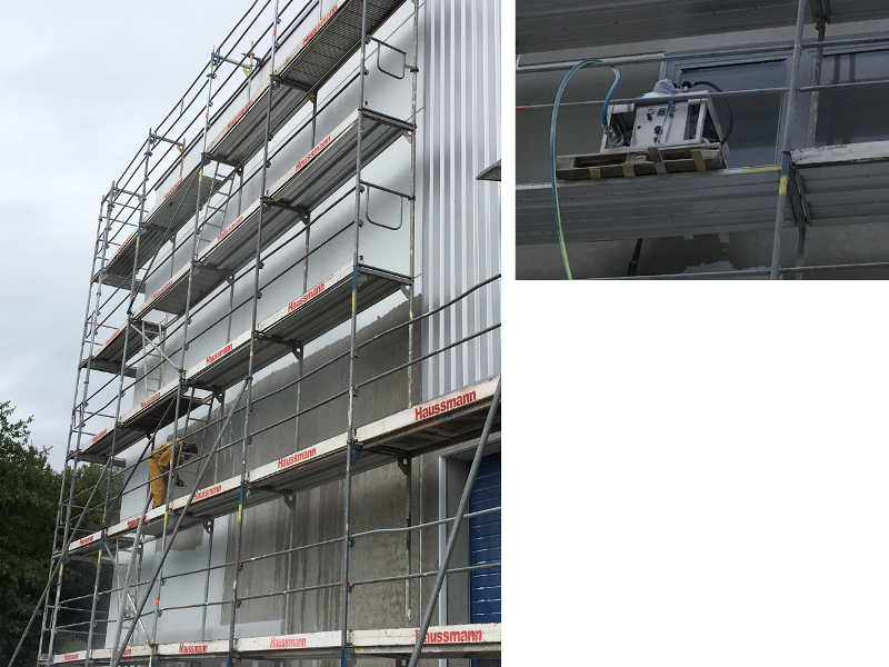 Maschinelle Entschichtung der Fassade eines Firmengebäudes vom Gerüst aus | links Fernansicht, rechts Nahaufnahme
