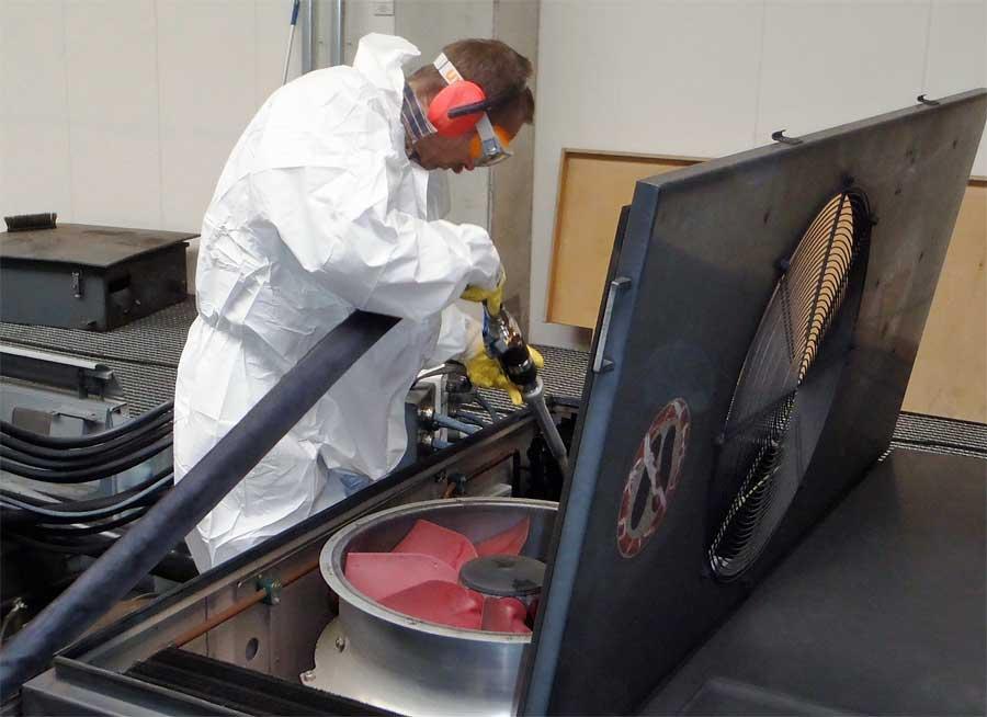 Reinigung des Wärmetauschers einer Klimaanlage auf einem Regionalzug